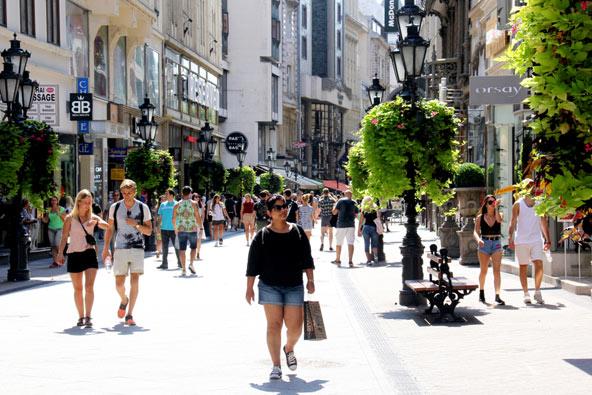 מדרחוב ואצ'י אוצ'ה במרכז בודפשט, עמוס במסעדות, בתי קפה וחנויות