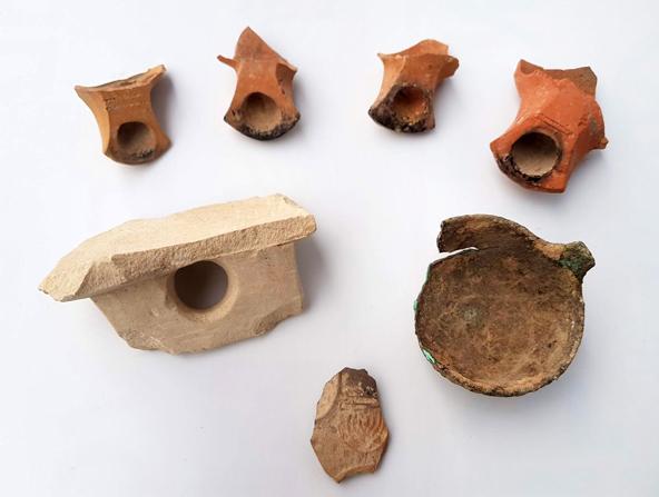 כלים בעלי מאפיינים יהודיים שנחשפו בחפירה | צילום: ענת רסיוק, רשות העתיקות
