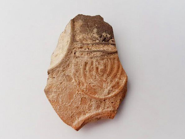שבר הנר עם עיטור המנורה | צילום: ענת רסיוק, רשות העתיקות