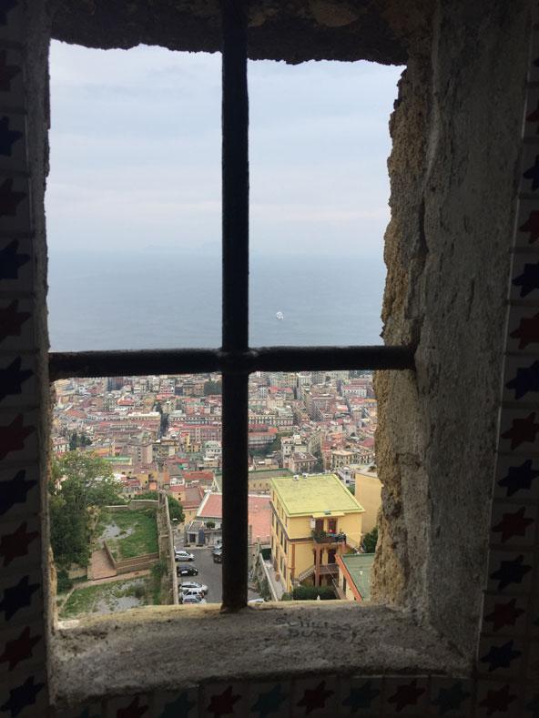 נוף מרהיב נשקף מבעד חלון במצודת סנט אלמו