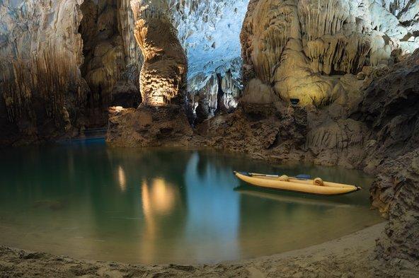 מערת נטיפים מרהיבה עם נהר תת קרקעי בפארק הלאומי פהונג נהא-קה באנג