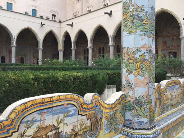 החצר המעוטרת בכנסיית סנטה קיארה | כל הצילומים בכתבה: מימי חסקין