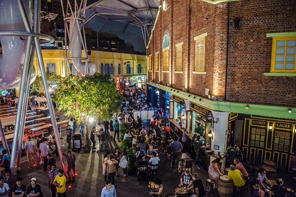 מזח קלרק ההומה מבלים בשעות הערב והלילה   צילום: TILT Photography / Shutterstock.com