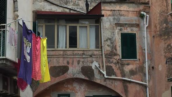 כביסה על רקע קיר מתפורר בנאפולי