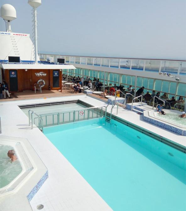 בריכה בקראון איריס. במהלך ההפלגה אפשר ליהנות מבריכות וג'קוזי על הסיפון, מול הים הפתוח