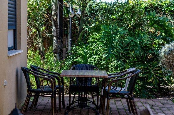 המתחם טובל בצמחייה ירוקה שתורמת לשלווה