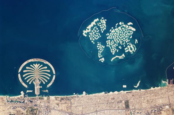 """מול חופי דובאי: ג'ומרה, אחד משלושת איי הדקלים (משמאל) ואיי העולם   צילום: נאס""""א"""