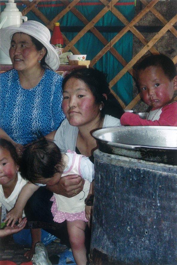 משפחה מונגולית בתוך הגר | צילום: חנה יפה