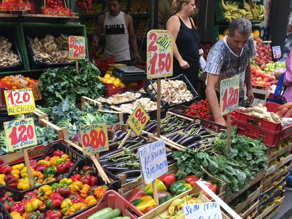 צבעי הדגל האיטלקי - לבן, אדום וירוק - ניכרים בכל פינה בנאפולי, גם באוכל המקומי