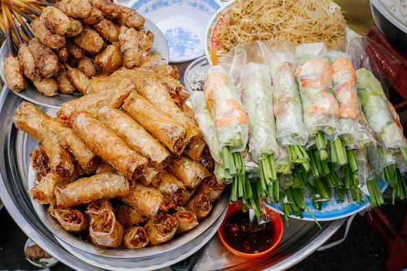 דוכן אוכל רחוב עם ספרינג רולס ומטעמים וייטנאמיים נוספים