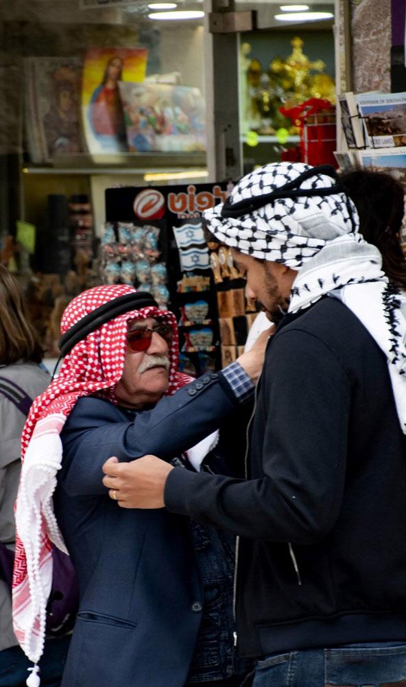 לפעמים חאג' מוחמד נותן כאפיות במתנה ללקוחות החביבים עליו
