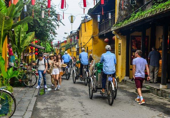 רחוב מלא אווירה בעיר העתיקה של הוי אן | צילום: Phuong D. Nguyen / Shutterstock.com
