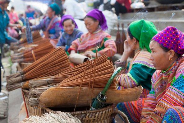 נשים משבט המונג מוכרות עבודות יד בשוק באזור סאפה | צילום: Asia Images / Shutterstock.com