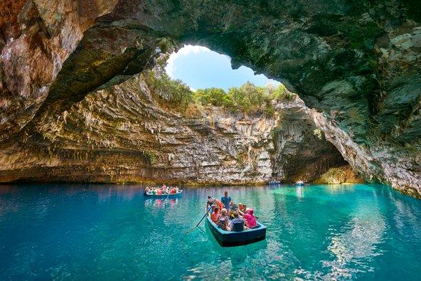 שייט באגם התת קרקעי במערת מליסני בקפלוניה