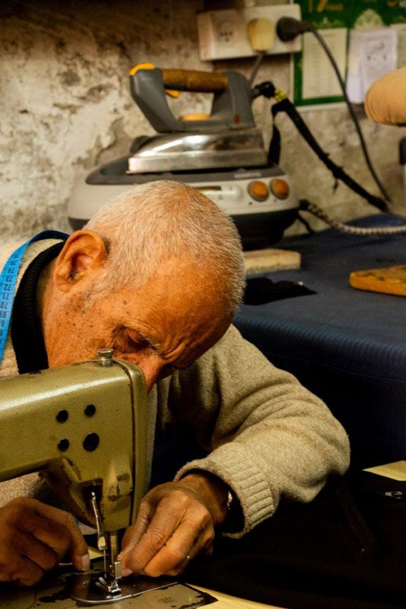 בעבר היו למוחמד עשרות עובדים במתפרה, היום הוא עובד כאן לבדו