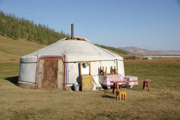 האוהל בנוי סביב אקסיס אנכי, המקשר בין עולמנו לעולמות העליונים והתחתונים