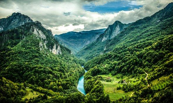 נהר הטרה במונטנגרו. המדינה הקטנה מציעה נופים דרמטיים של הרים, קניונים ונהרות