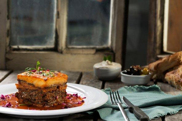 מוסקה - שכבות של חצילים, בשר, תפוחי אדמה ורוטב בשמל