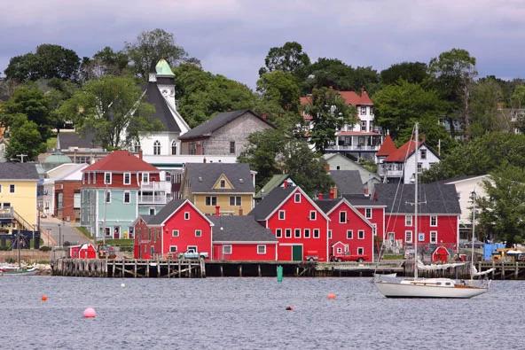 בתים צבעוניים בעיירה לוננברג