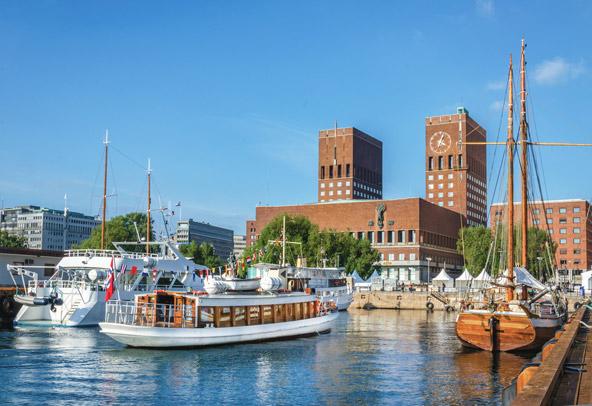 מבט מהנמל של אוסלו אל בית העירייה. עיר נעימה, בטוחה ותרבותית