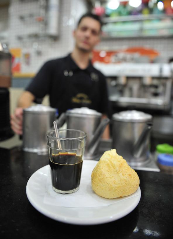 הגרסה המקומית לקפה ומאפה: הקפזיניו הוא קפה פילטר פשוט עם כמות נדיבה מאוד של סוכר