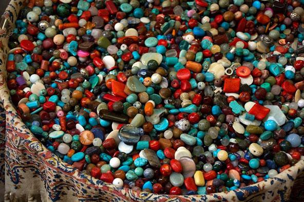 אבנים ססגוניות בשוק