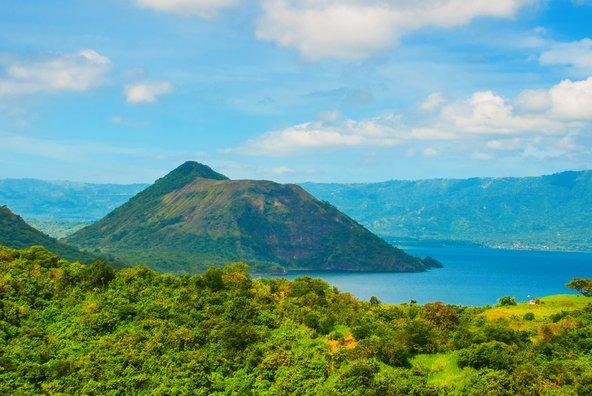 הר הגעש טאאל. אגם מסביב להר ועוד אחד בתוך הלוע