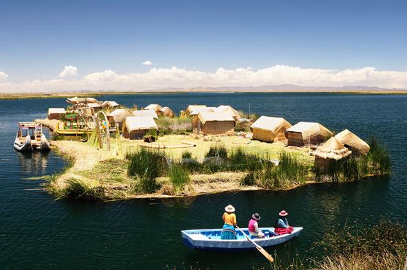 אי צף באגם טיטיקקה. לא רק האיים עצמם בנוים מקנים מיובשים, אלא גם המבנים שעלהם