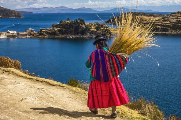 דיירת אחד האיים הצפים באגם טיטיקקה. האיים בנויים מקנים יבשים של צמח מקומי