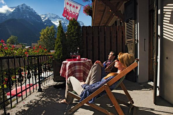 לא חייבים לקום מהכיסא כדי ליהנות מהנוף המדהים של קנטון ואלה | צילום: swiss-image.ch / Gian Marco Castelberg & Maurice Haas