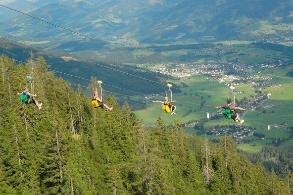האומגה הגדולה מסוגה באירופה גולשת מראש ההר לעמק הירוק | צילום: Martin Huber