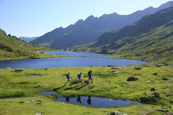 ההרים באזור מציעים מסלולי הליכה נפלאים בין פסגות ואגמים | צילום: Herbert Raffalt