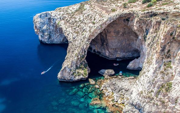 שייט אל המערה הכחולה בסירת עץ זעירה. פחות מומלץ כשהים סוער... | צילום: שאטרסטוק