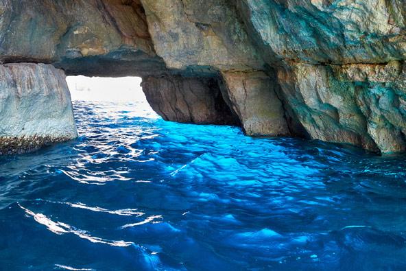 בתוך המערה הכחולה. שלמות, אין מילה אחרת