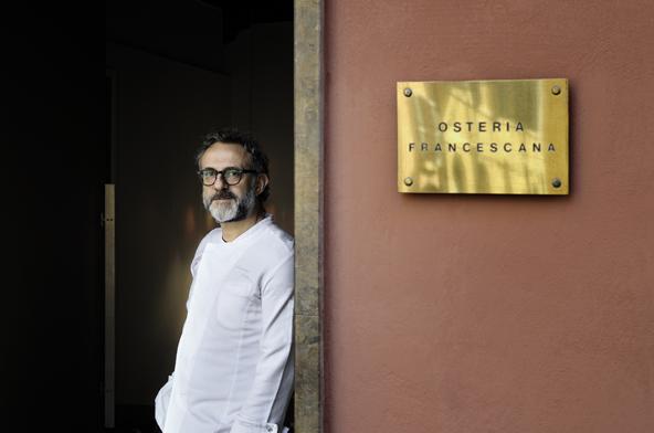 שף מאסימו בוטורה בפתח המסעדה שלו, אוסטריה פרנצ'סקנה | צילום: Paolo Terzi