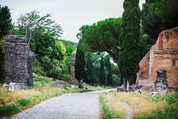 לאורך דרך אפיה יש שרידים ארכאולוגיים, קברים וקטקומבות