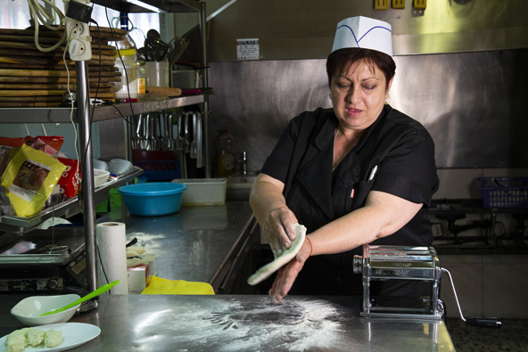 ננה ממסעדת קאיפויה מכינה פונצ'קי