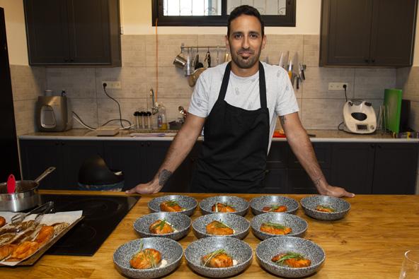 השף הפרטי ניר דהן מניש סטודיו שף וצלחות של סלמון במשרה אסייתי