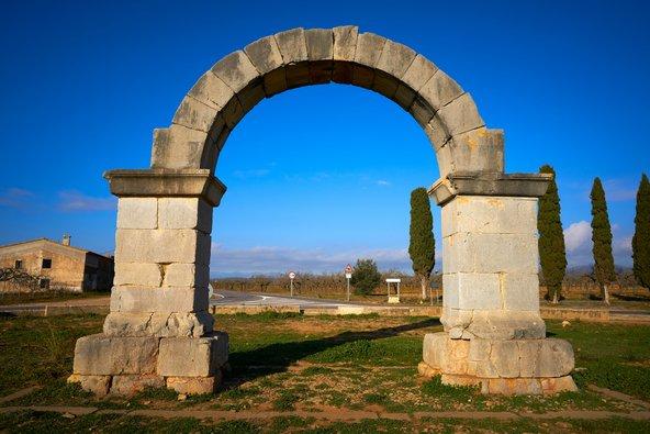 קשת רומית. לאורך ויה אוגוסטה בספרד יש אתרים רומיים רבים