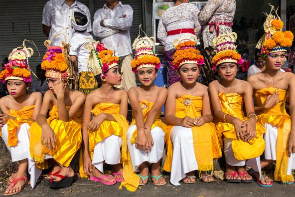 ילדות לבושות לקראת החג