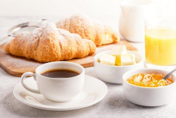 ארוחת הבוקר הקונטיננטלית המוגשת ברבים ממלונות אירופה כוללת לרוב מאפים, חמאה וריבה,קפה ומיץ
