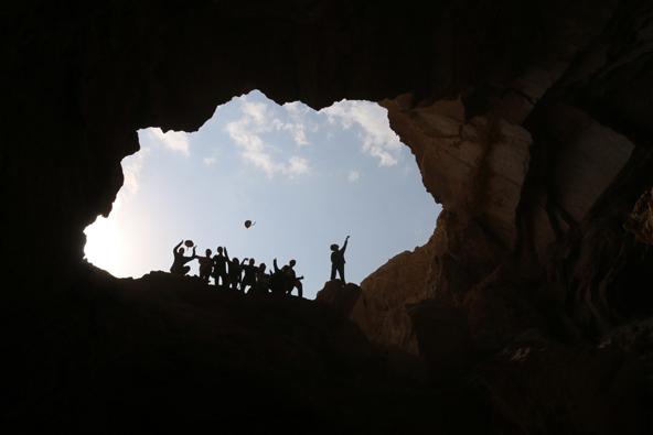 פתח במפלס עליון, הנפת קסדות בסיום המשלחת | צילום: בועז לנגפורד