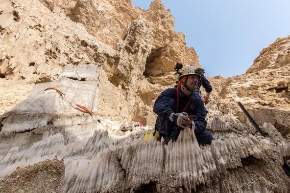 טרשי מלח בפני השטח. מדידה וסימון של אחת מהכניסות למערה (משלחת 2019) | צילום: אפרים כהן
