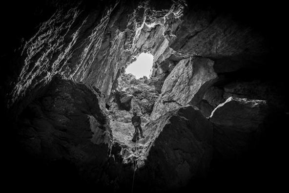 כניסה למערה דרך פיר פתוח במפלסיה העליונים