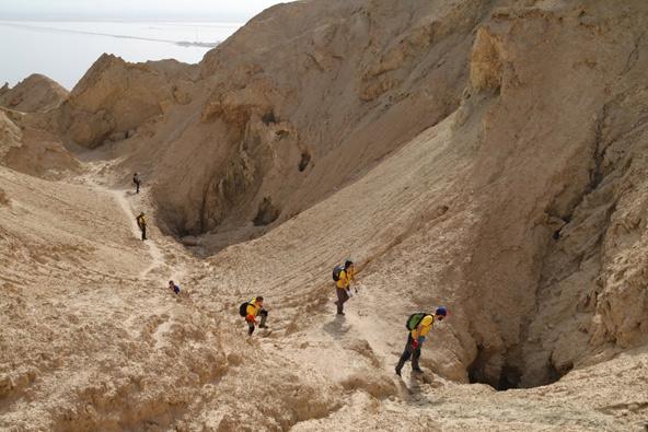 משלחת 2018, בוחנים את הכניסות למערה בשדה הפירים שבפני השטח | צילום: בועז לנגפורד
