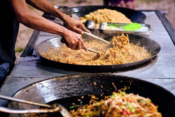 במזרח אסיה תמצאו בכל פינה דוכני אוכל רחוב בהם אפשר ליהנות מארוחה זולה וטעימה
