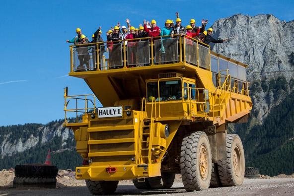 במכרה ארצברג אפשר לצאת לסיורים שונים, האחד מהם ברכב מיוחד שעובר בין חלקיו השונים של המכרה | צילום: August Zoebl