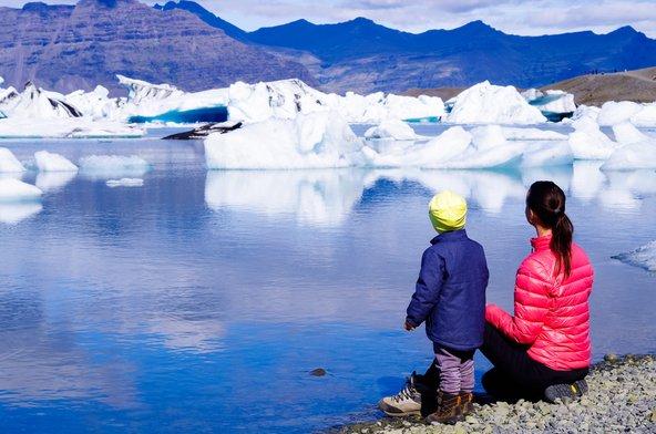 לגונת הקרחונים יוקולברלון באיסלנד. גם הילדים יתקשו להישאר אדישים מול הנוף הדרמטי