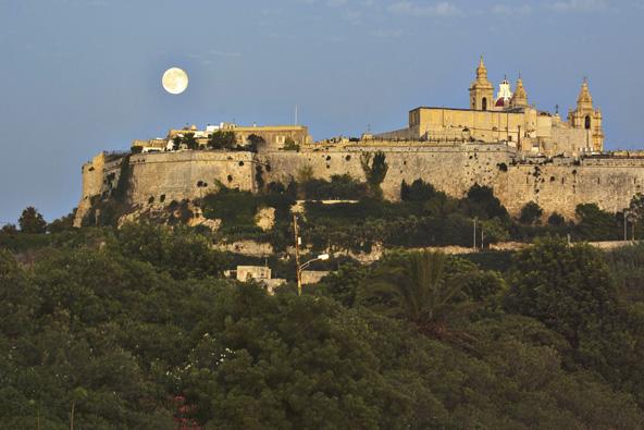 ירח מלא מעל מדינה, בירתה העתיקה של מלטה