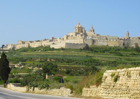 מדינה, בירתה העתיקה של מלטה, כפי שהיא נשקפת מכביש החוצה את האי